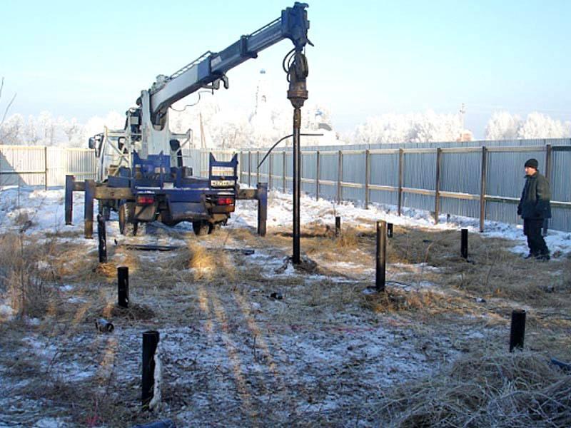 При работе с промерзшим грунтом и для вворачивания модифицированных свай ручных усилий может быть недостаточно. Приходится применять специальную технику