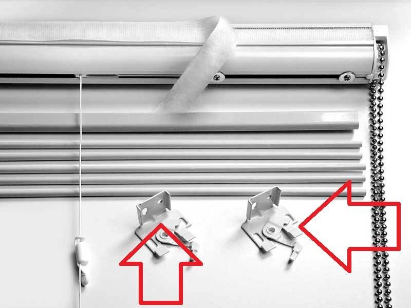 Кронштейны, предназначенные для крепления подъемного механизма на оконной раме