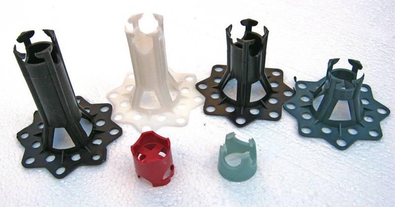 Такие пластиковые вставки применяют для фиксации решетки каркаса в определенном положении