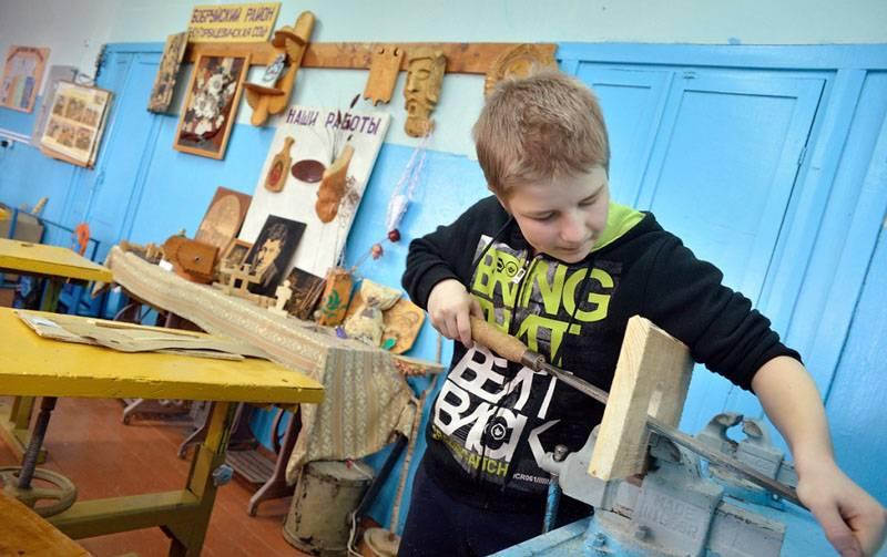 Когда ребята мастерят домик для птиц своими руками, они вырабатывают полезные навыки