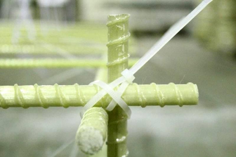Соединение композитной арматуры выполняют пластиковыми креплениями