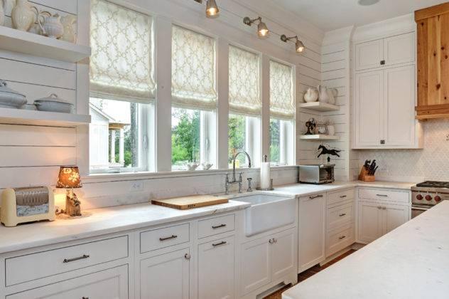 Фото современных римских штор на кухню пригодно только для ознакомления с внешним видом. Но надо помнить, что здесь лучше использовать синтетические (смешанные) ткани, которые легко очищаются от загрязнений