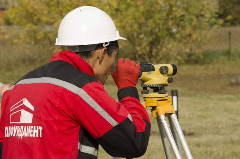 С помощью теодолита, или других инструментов, отмечают горизонтальный плановый уровень