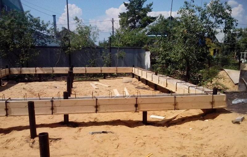 Для бетонного ростверка делают опалубку