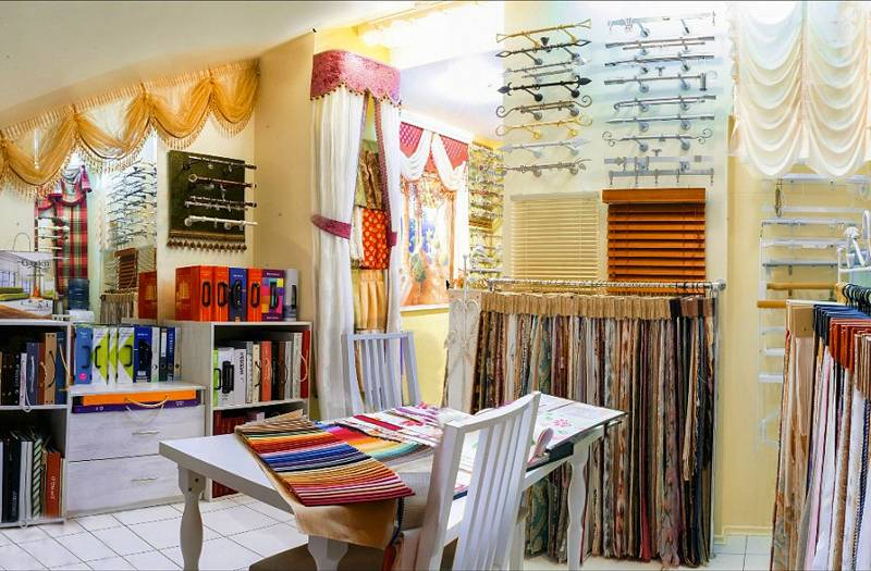 Римские шторы на пластиковые окна купить можно в готовом виде, или заказать их изготовление в профильной мастерской