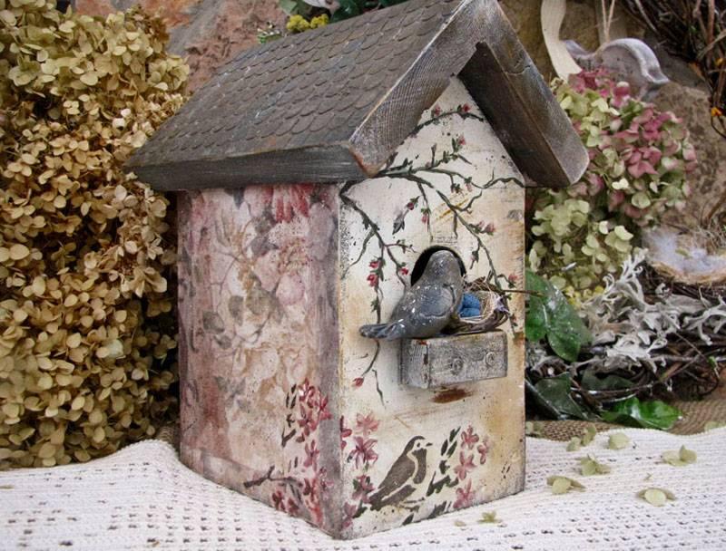 Фото подтверждает, что декоративный домик – выразительное украшение содового участка