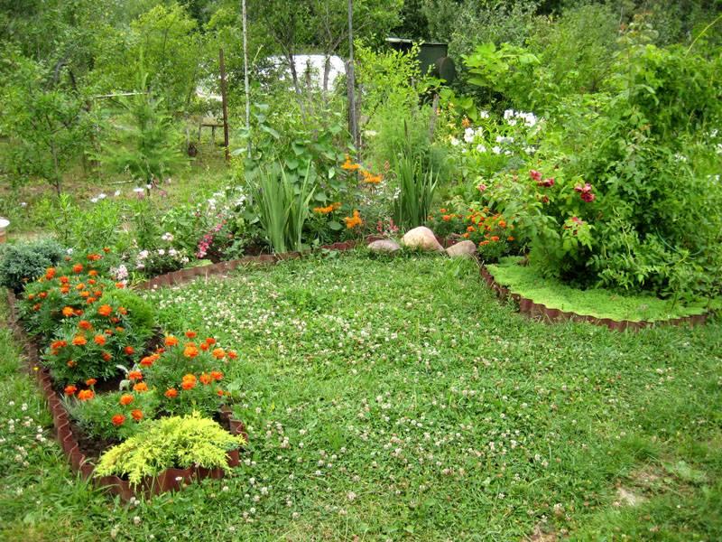 Выделение цветника от общей зелени