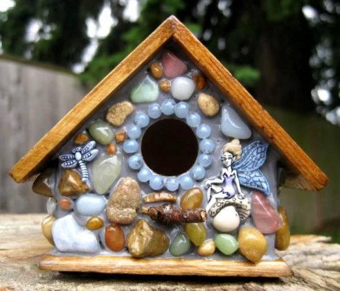 Красивый скворечник с вставками из камней и фигурок. Следует отметить практичность такой декоративной отделки, ее высокую стойкость к атмосферным воздействиям