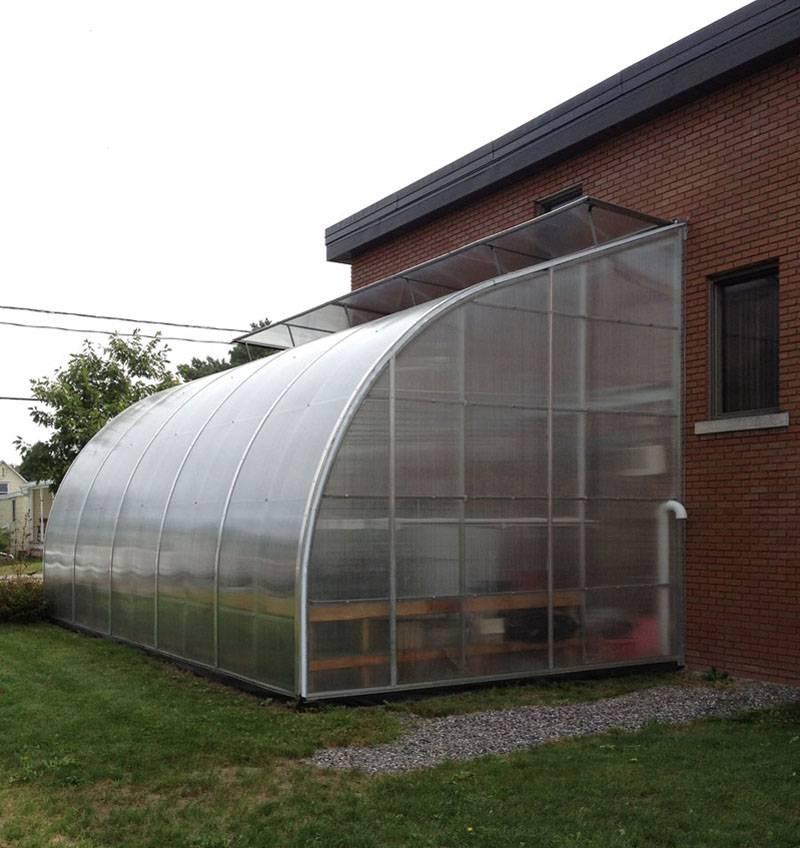 Такие же сваи подойдут для теплицы, зимнего сада, иного каркасного сооружения, примыкающего к несущей стене