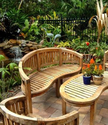 Вся композиция завершена столиком и скамейками