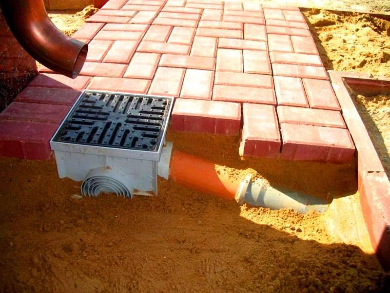 Необходимо создать такую систему дренажа, чтобы при ливнях и в период весенних паводков строения были защищены от затопления