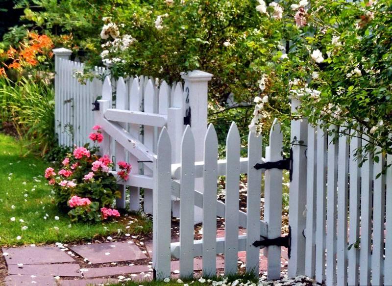 Маленькие заборчики в оформлении двора не ограничивают обзорность