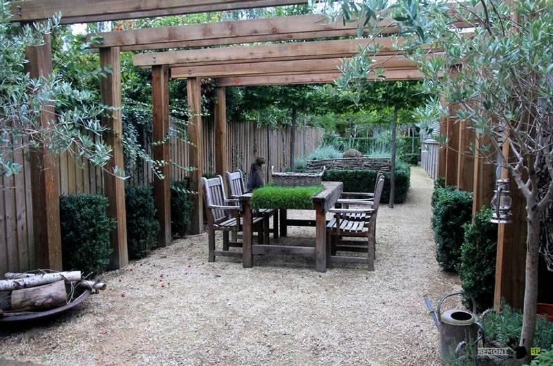 Перголы и крытые ограды в частном доме создают затененные места с комфортными условиями для отдыха летом. Здесь уместно применять вьющиеся растения