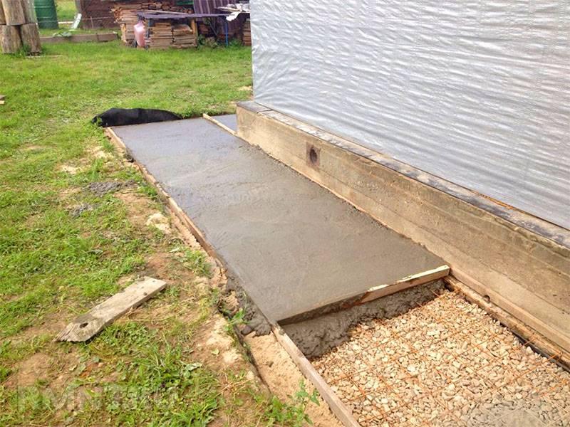 Отмостку около дома можно сделать с применением бетонирования