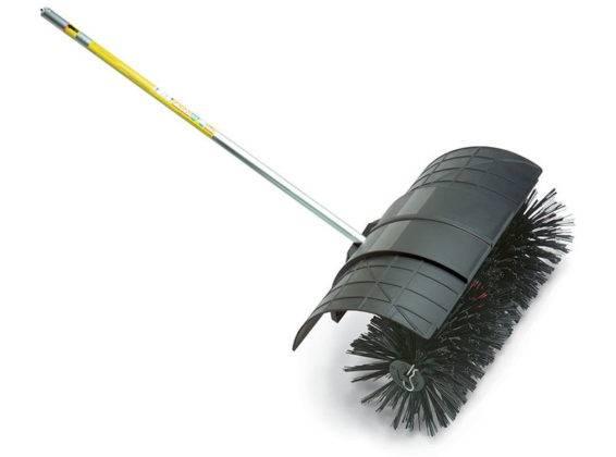 Щеткой с электроприводом удобно подметать большие территории. Пластиковый «брызговик» предотвращает загрязнение окружающего пространства