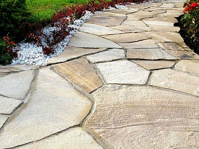 Оригинальный дизайн дорожек можно создать с применением натурального камня
