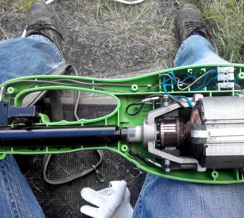 Разборку электротехнических устройств выполняют при отключенном питании