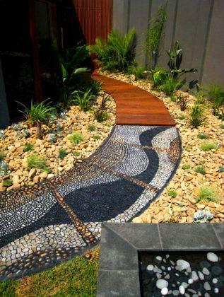 Интересный дизайн дорожек: комбинация дерева и керамических плиток с поверхностью в виде натуральных камней
