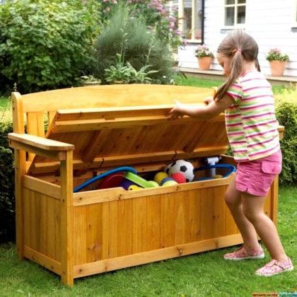 Прекрасный вариант с ящиком во весь рост скамейки для хранения игрушек