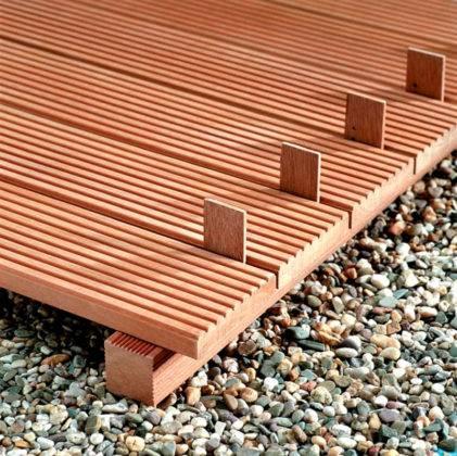 Композитный материал для двора из древесных опилок, полимерных компонентов, красителей. Такие доски сохраняют целостность в широком диапазоне температур, не портятся повышенной влажностью, прямыми лучами солнца