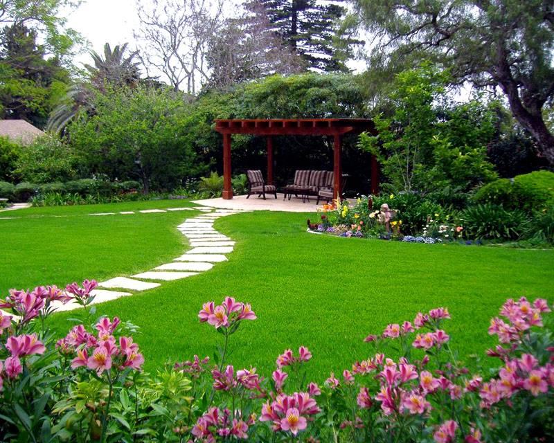 Высокие кусты и деревья можно высадить своими руками. Эти элементы ландшафтного озеленения пригодятся для создания эффективной защиты от ветра, солнечных лучей