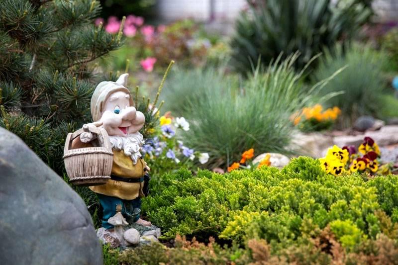 Кроме растений в проект добавляют специализированные садовые украшения