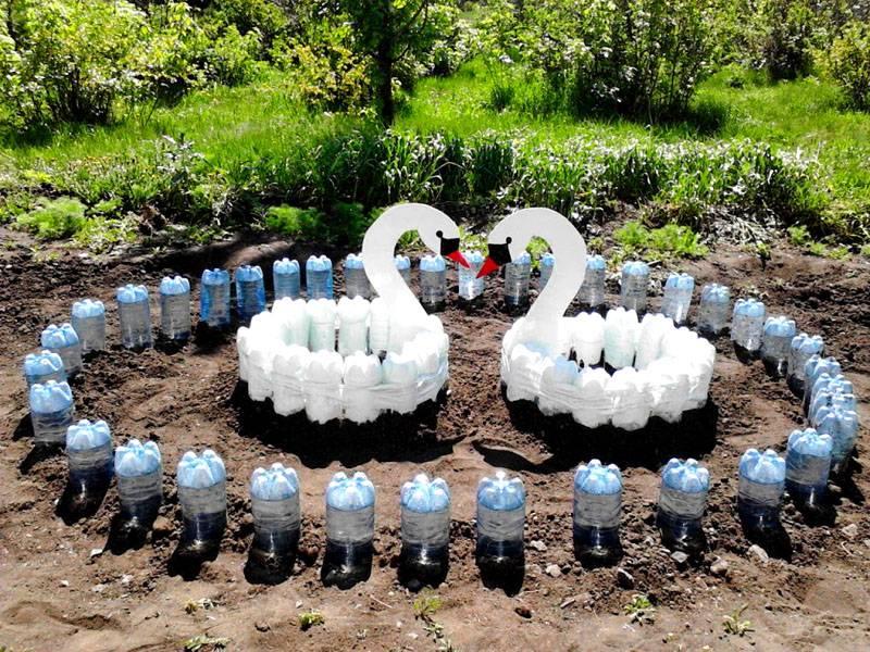 Простой заборчик из пластиковых бутылок для клумбы и сложную композицию можно создать самостоятельно без подробных инструкций