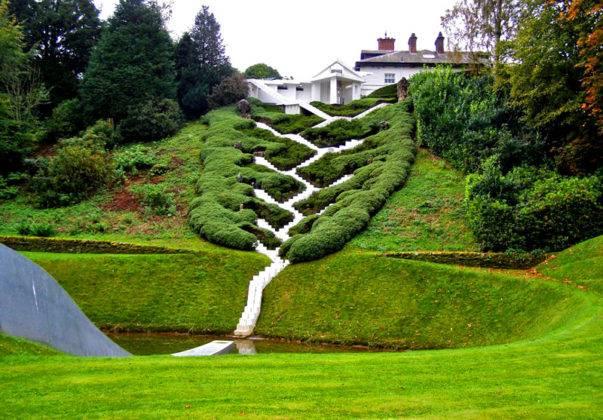 Профессиональное оформление частного двора и сада на крупном крутом склоне