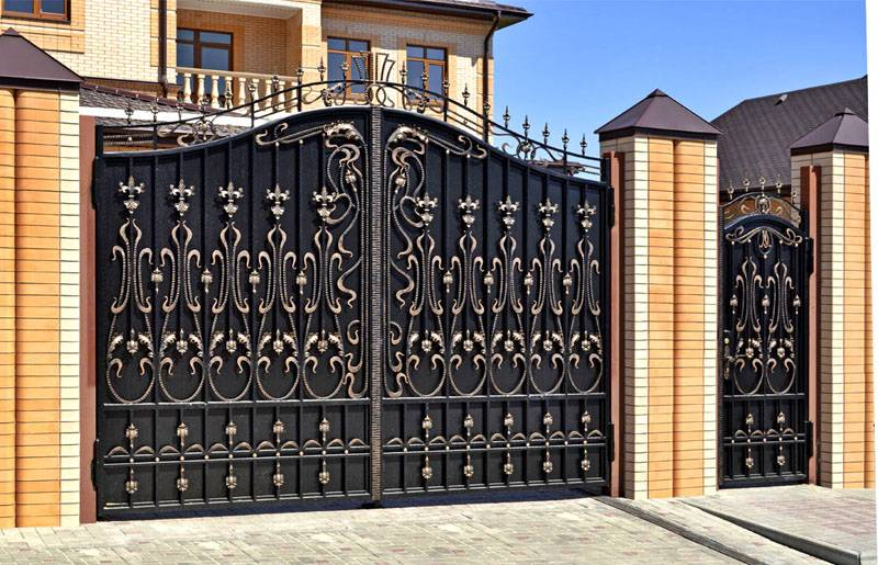 Красивые ворота, как на фото, можно создать с применением художественной ковки