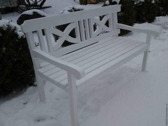 Белоснежная скамейка «Прованс» зимой