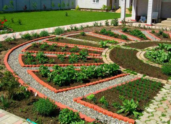 По этому снимку не сложно определить, как облагородить огород в деревне