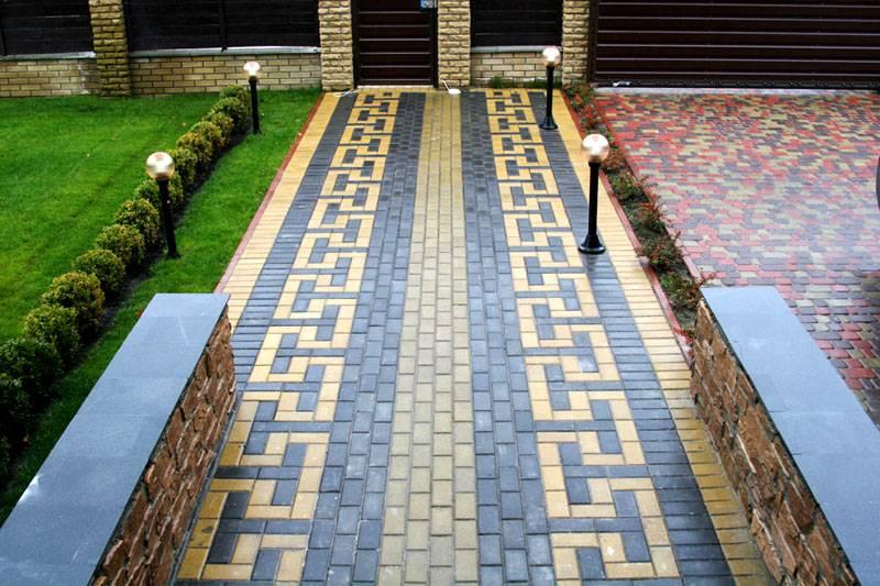 Применение брусчатки во дворе частного дома поможет недорого создавать надежные покрытия со сложными рисунками на большой площади