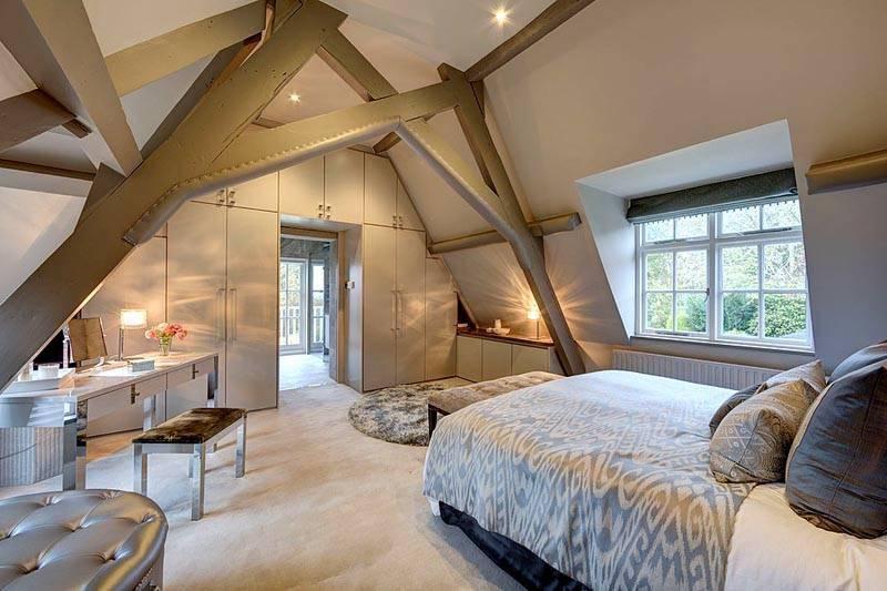 Спальная комната в мансарде