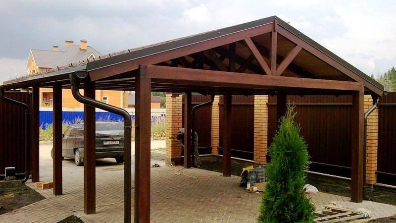 Опорные столбы постройки возле дома можно построить из дерева, металла или кирпича