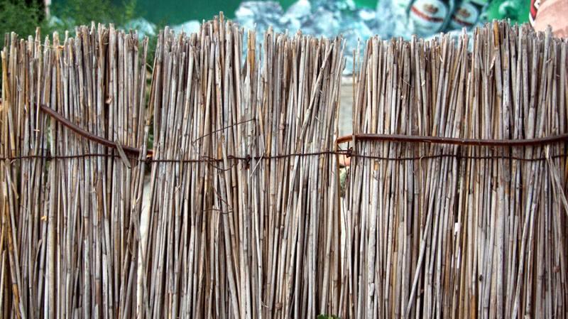 Забор из камыша гармонирует с окружающей природой