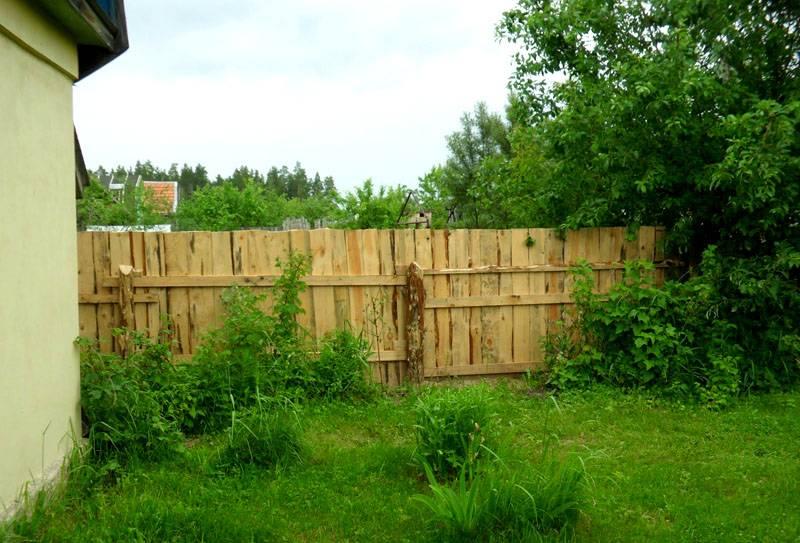 Забор из горбыля – вполне приличное и прочное ограждение