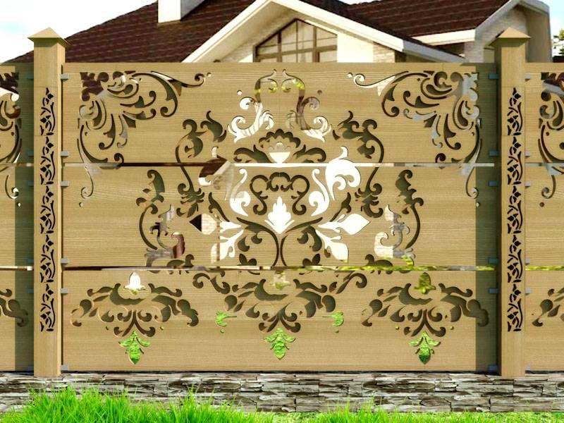 Деревянный забор, украшенный резьбой