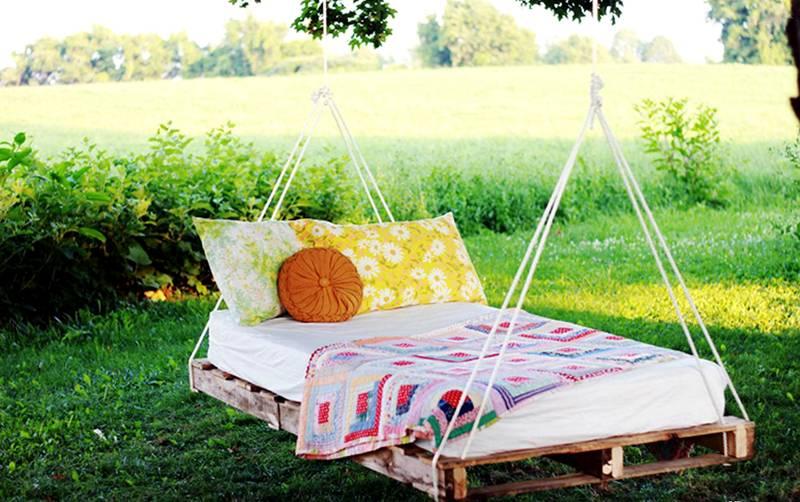 Если использовать две скрепленные между собой паллеты и уложить на такое сидение подушки, можно даже прикорнуть в тени деревьев, раскачиваясь, как в колыбели