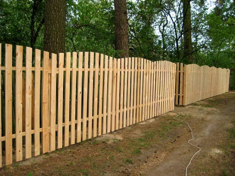 Забор-штакетник из светлого дерева округлой формы
