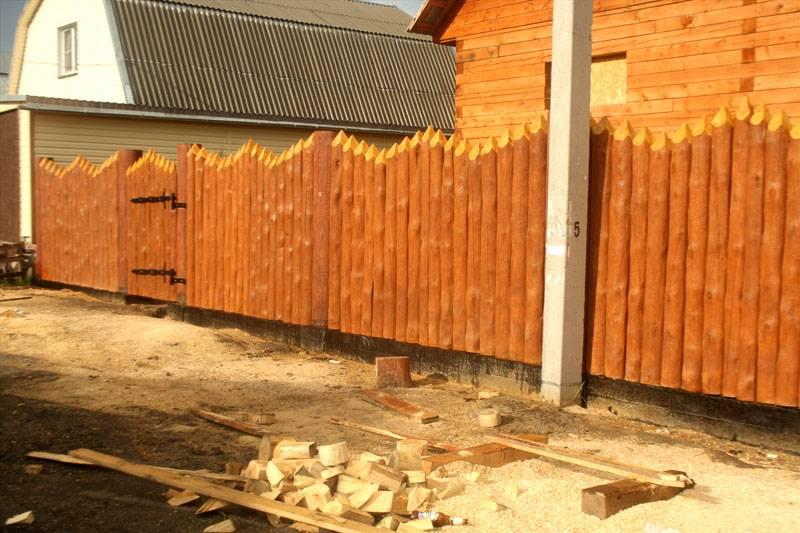 Забор-частокол выглядит внушительно