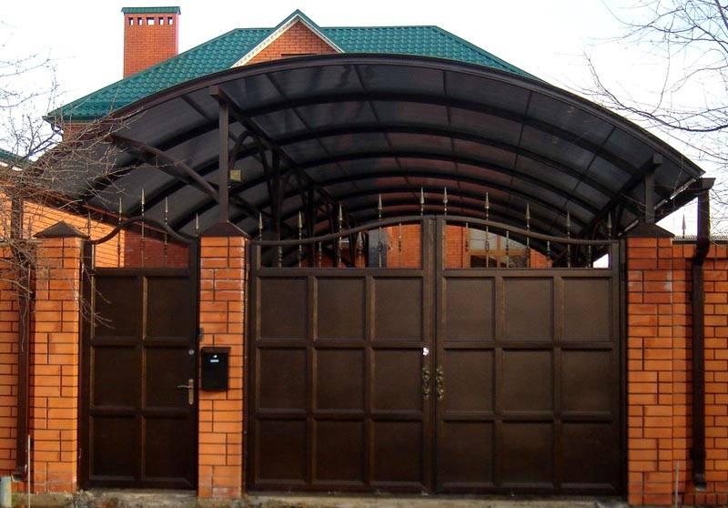 Если фасад дома выполнен в соответствующем стиле, их изготавливают из бетона, камня или кирпича