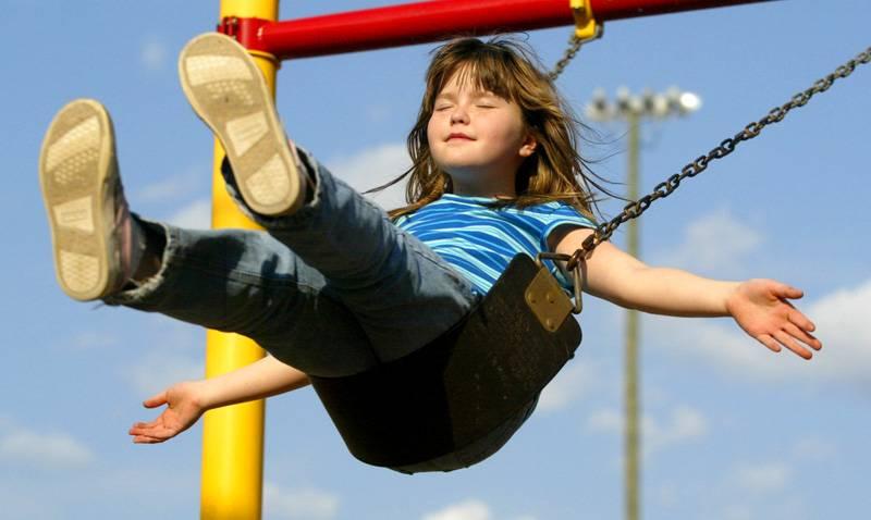 На свежем воздухе уличные качели с горкой – лучшее развлечение для малышей