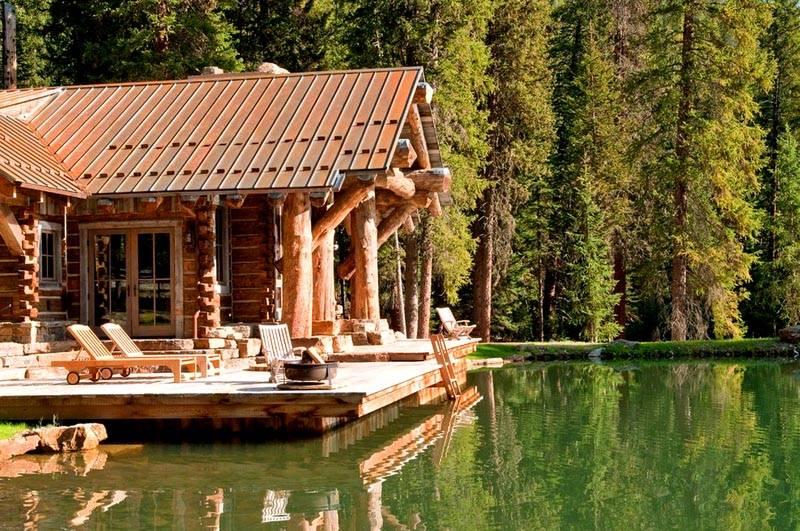 На фото – баня на берегу естественного водоема