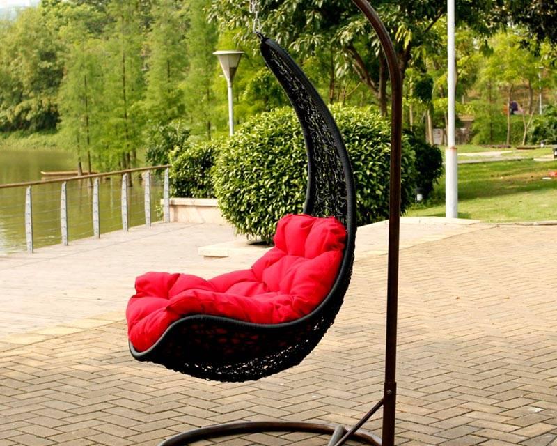 Чтобы качаться было комфортно, положите на сидение подушки или мягкий матрасик