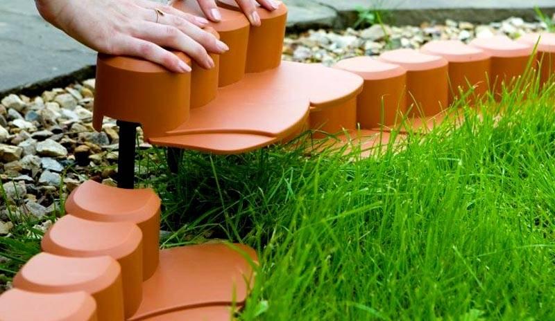 Пластиковый бордюр, имитирующий вкопанные в землю пеньки