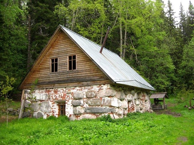Такое основание предохраняло древесину от непосредственного контакта с почвой, а это, в свою очередь, спасало нижние венцы от гнили и насекомых