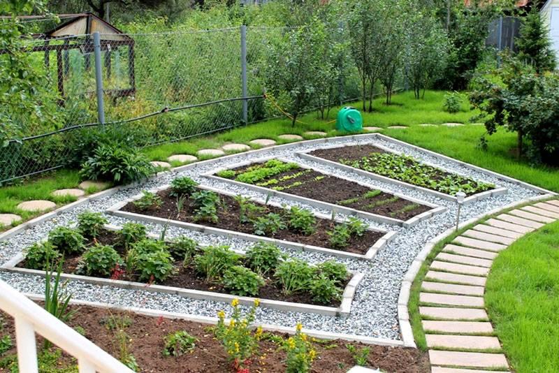 Аккуратный огород с конструкциями одинакового размера