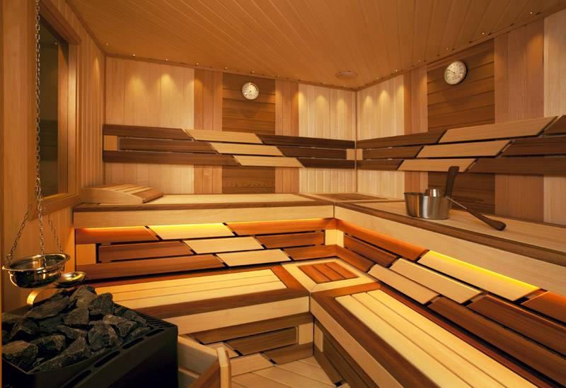 Использование разных пород древесины дает необычный рисунок в обшивке