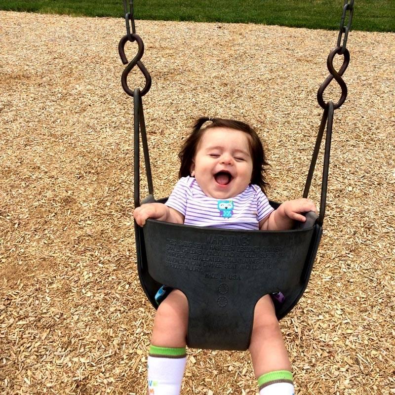 Важно проследить, чтобы ребенок удобно и безопасно разместился на сидении. Для этого потребуется высокая спинка и ограничитель, не дающий ему упасть вперед