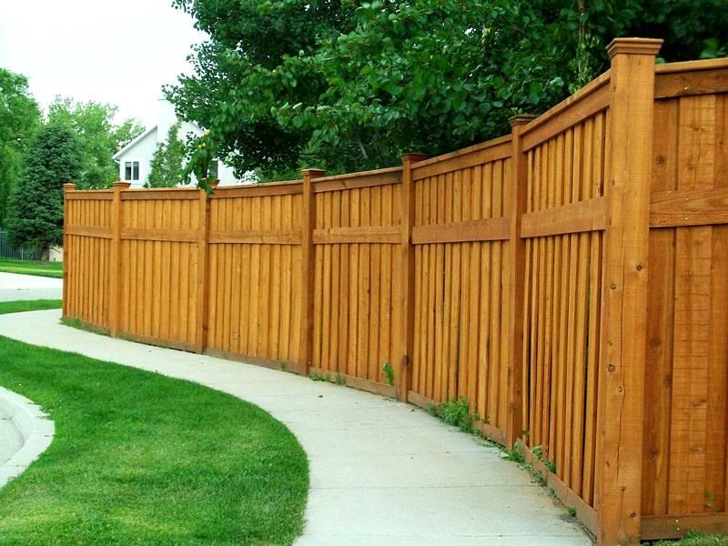 Сплошной забор – хорошая защита со стороны дороги